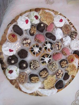 מגוון עוגיות מרוקאיות - תמרים מצופים שוקולד, פרלינים ממולאים שקדים