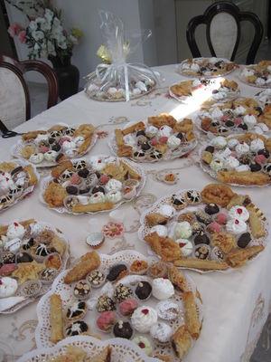 מגוון סלסלות ארוזות מוכנות לאירוע בכל סלסלה מגוון עוגיות