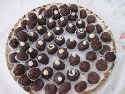שקדים או בוטנים או תמרים מצופים שוקולד